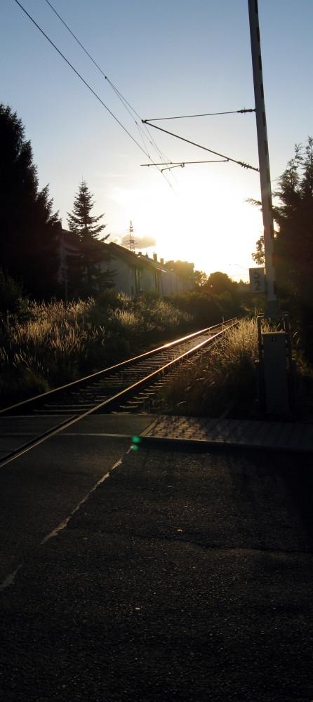 Bahnübergang im Abendsonnenlicht
