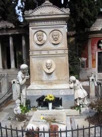 Grabmal mit zwei Kinderstatuen links und rechts. Die Gesichter der verstorbenen sind detaillreich in Stein geschlagen.