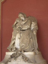 Lebensechte Statue: Mutter mit Kind.
