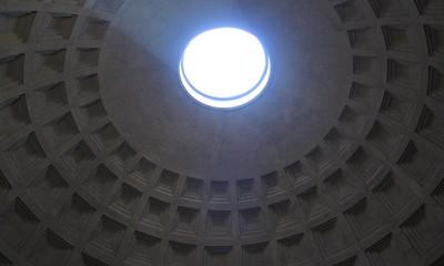 Kuppel des Pantheon von innen unten aufgenommen.