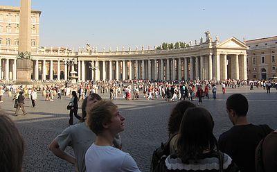 Anstehschlange auf dem Petersplatz.