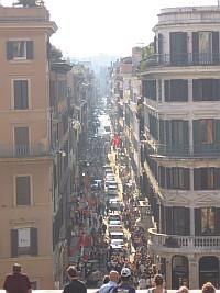 Ausblick von der Spanischen Treppe auf die davorliegende Straßenschlucht.