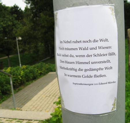 Gedicht Septembermorgen an Laterne im Park