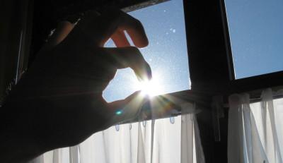 Die Sonne zwischen den Fingern