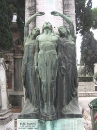 Eine Statue, die drei Personen zeigt, die den Blick nach oben richten.