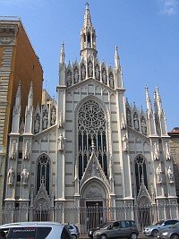 weiße, gotische Kirche